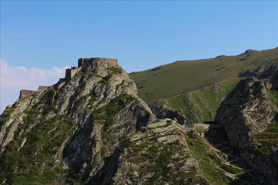 دامنه های سر سبز اطراف قلعه