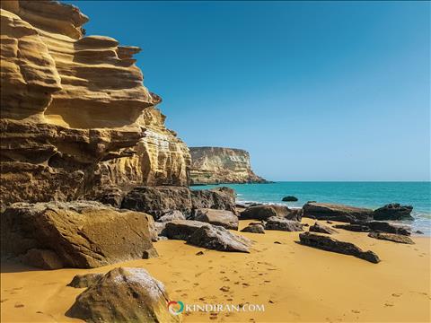 ساحلی با صخرههایی بلند و غارهای طبیعی