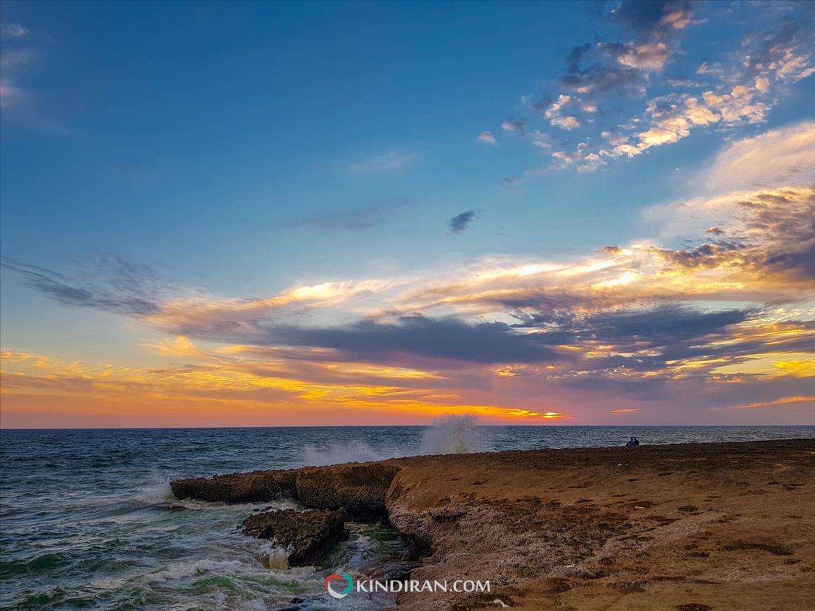 تماشای غروب خورشید در ساحل دریا بزرگ